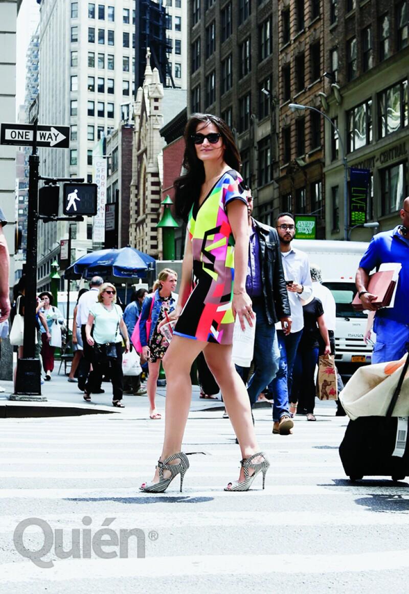 Yliana en un vestido Milly, zapatos Aquazzura, anillos Gaia Repossi y Annelise Michelson y clutch Yliana Yepez.