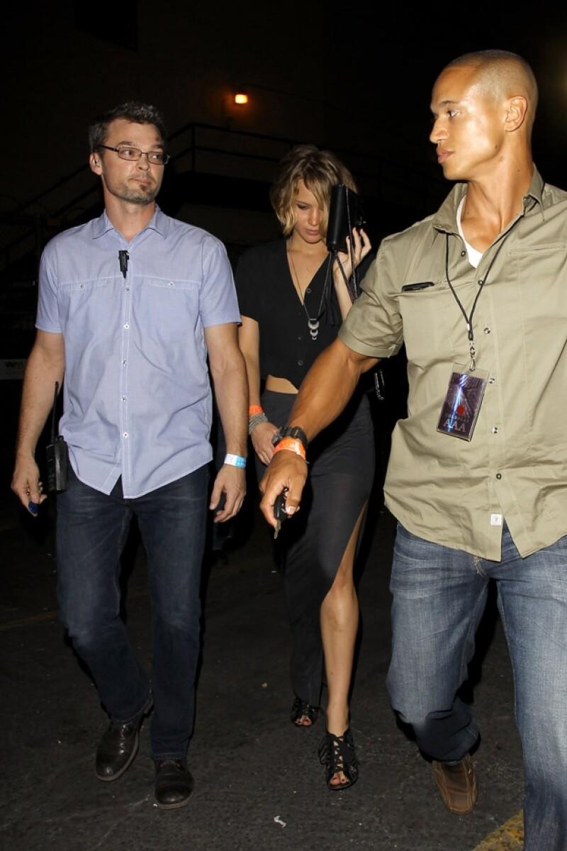 La actriz se ocultó con su bolsa a la salida del concierto que ofreció Coldplay en Los Ángeles.