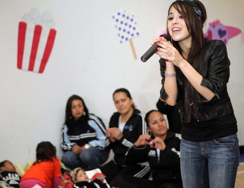 Danna Paola estuvo muy contenta con los niños.