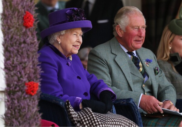 Reina Isabel II y el príncipe Carlos