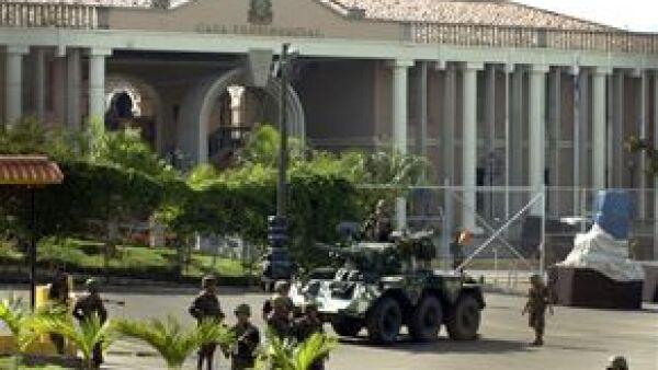 El presidente de Honduras, Manuel Zelaya Rosales, fue secuestrado por un grupo de militares a las 05:00 horas locales, confirmó el secretario particular del mandatario, Enrique Reina.
