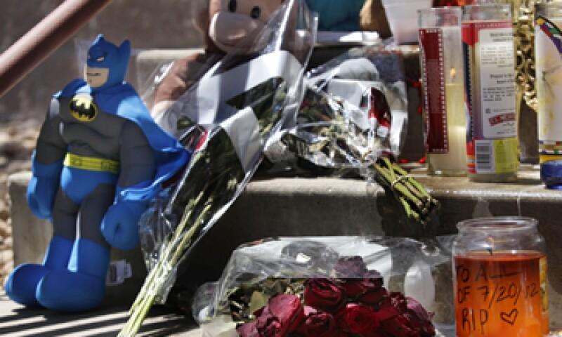 Personas en Aurora, Colorado, colocaron en espacios públicos figuras y flores para recordar a las víctimas. (Foto: AP)