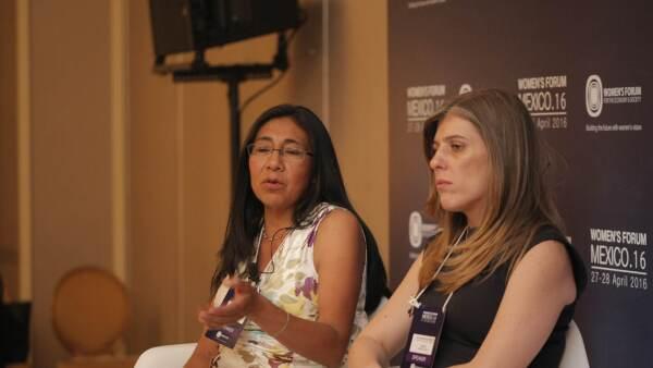 Alejandra Negrete (derecha), comisionada nacional para erradicar la violencia contra la mujer, dijo que es esencial que participe toda la sociedad en el tema.