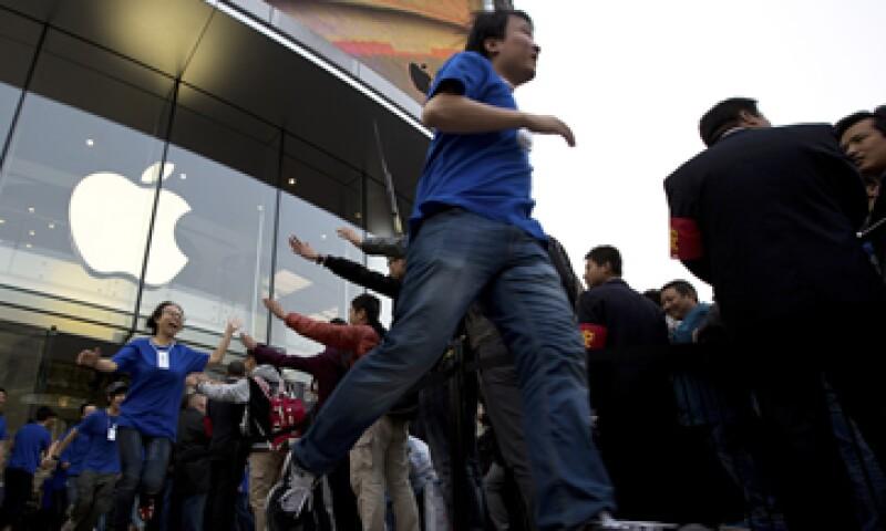 Los amantes de la tecnología hicieron largas filas para ser de los primeros en entrar a la nueva tienda. (Foto: AP)