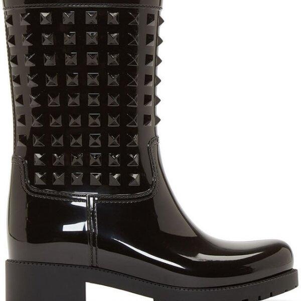 Valentino se apodera de los estoperoles para la temporada de lluvia con estas botas de hule.