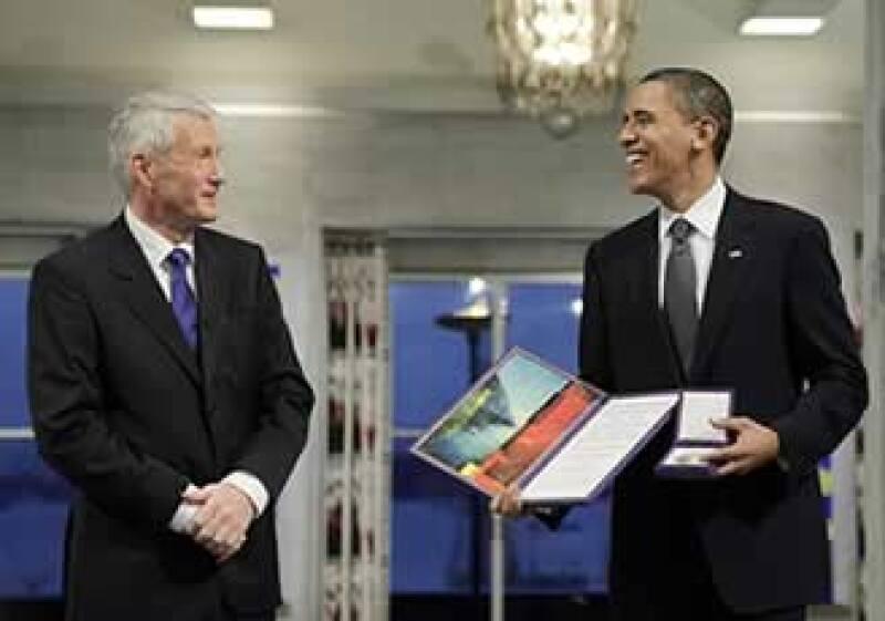 Obama (der.) reconoció la controversia que significa dar el premio a un presidente que encabeza una guerra. (Foto: Reuters)