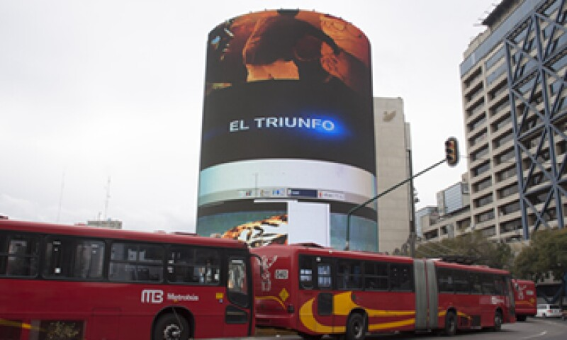 La Glorieta de Insurgentes, en el DF, cuenta con una enorme pantalla luminosa donde se anuncian conciertos y películas. (Foto: Cuartoscuro)