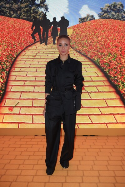 Adwoa Aboah llevó un intenso cat eye en la pop up store de Louis Vuitton en Londres