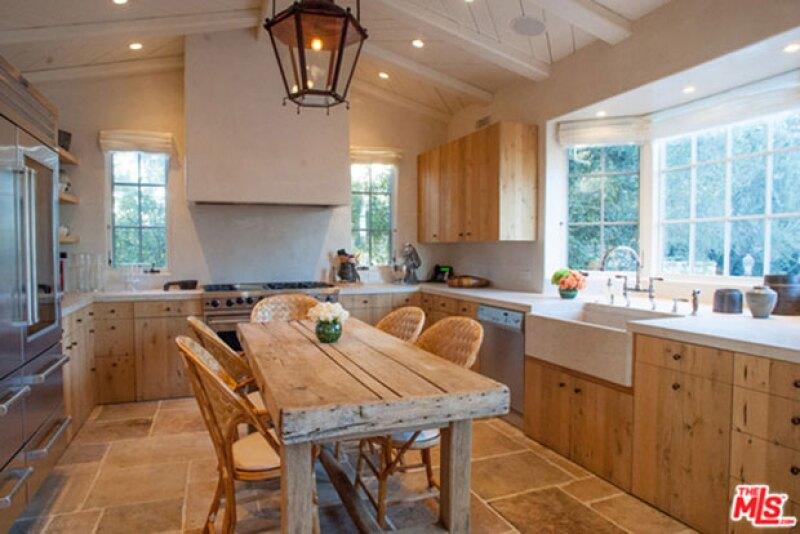 La cocina es de estilo italiano, y la propiedad de villa europea.