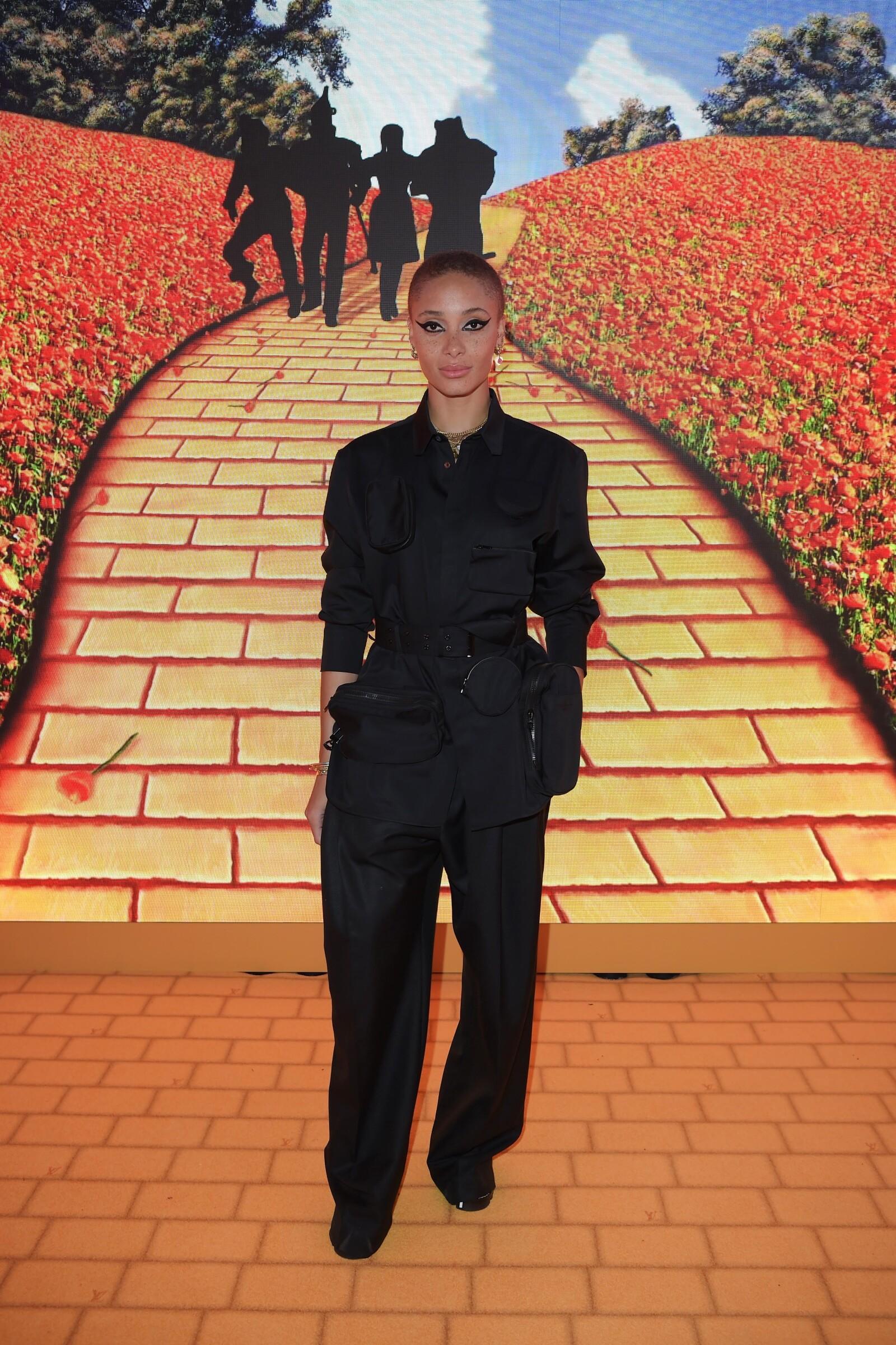 Adwoa Aboah llevó un intenso cat eye en la pop up store de Louis Vuitton en Londres