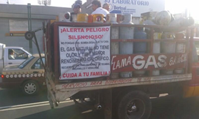 CNNExpansión pudo constatar en un recorrido el 1 de agosto la existencia de distribuidores de gas LP con leyendas en contra del uso del gas natural. (Foto: CNNExpansión)