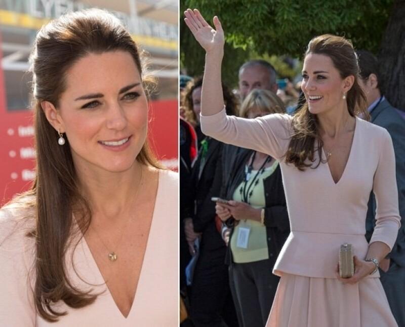 """Ayer la Duquesa de Cambridge sorprendió a muchos con un pronunciado escote en """"V"""" durante su tour por Australia, claro que nunca perdió el estilo."""