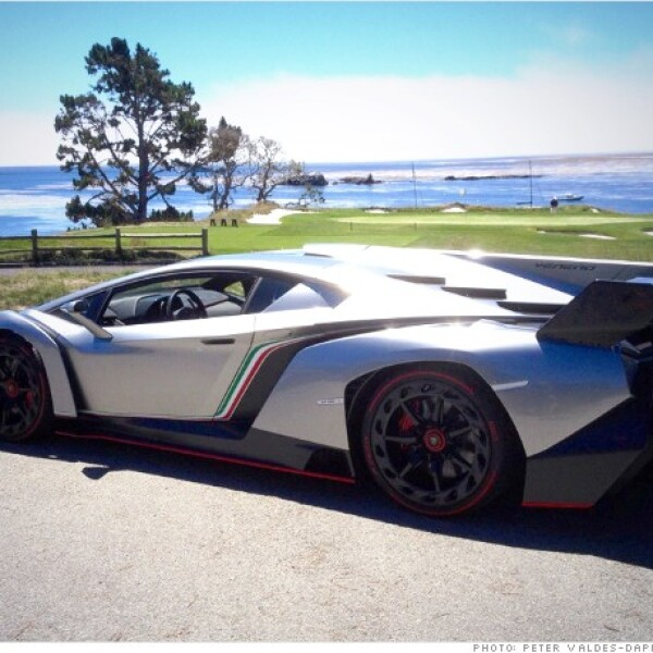 El Lamborghini Veneno fue presentado en el Salón de Ginebra en marzo, pero debido a que sólo se fabricarán cuatro unidades, la mayoría de la gente nunca llegará a ver uno. Tres ya han sido vendidos a clientes a 4 millones de dólares cada uno.