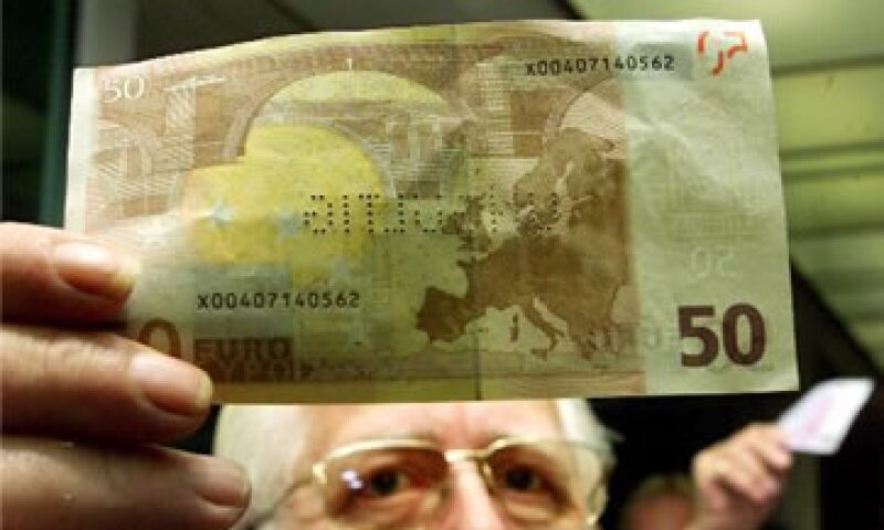 Las acciones de EU y Europa recortaron brevemente sus pérdidas tras el dato del sector servicios estadounidense. (Foto: AP)