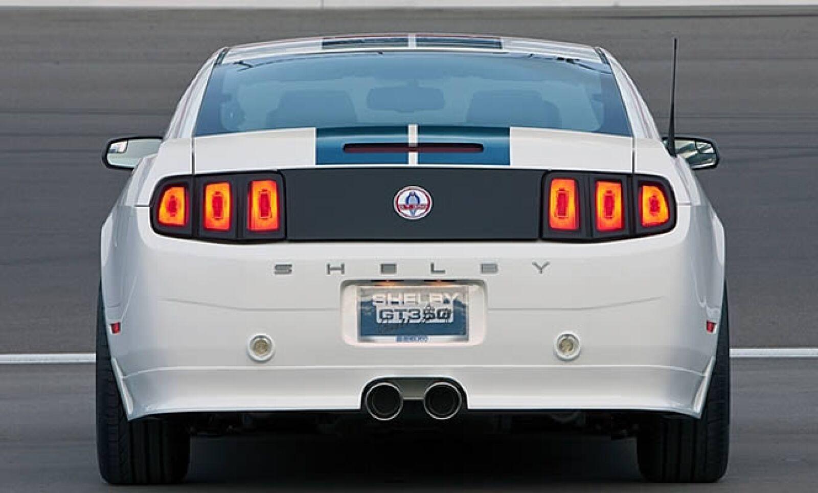 Este GT350 tiene una fascia delantera ancha, escape grande al centro de la parte trasera y marcas e insignias especiales de Shelby GT350.