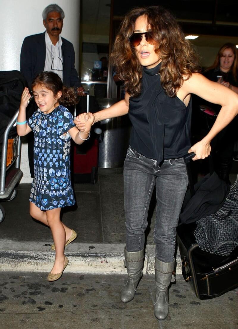 Valentina hizo gestos al ser fotografiada a su llegada a Los Ángeles.