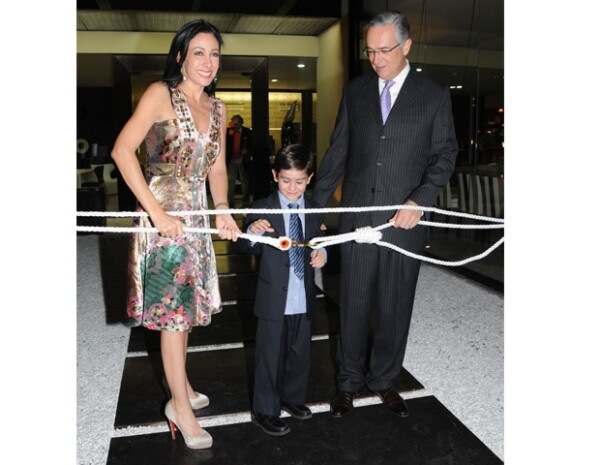 El encargado de cortar el listón fue Ricardo, el mayor de los hijos de la pareja.