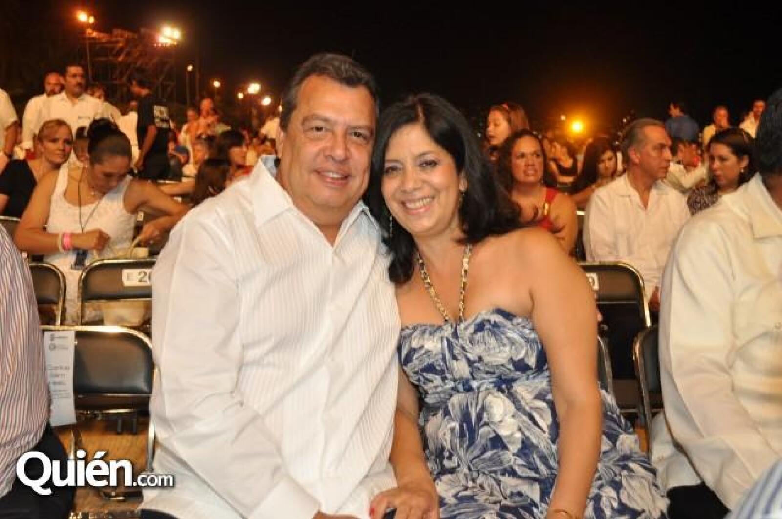El gobernador de Guerrero, Ángel Aguirre Rivero y Laura del Rocio de Aguirre.