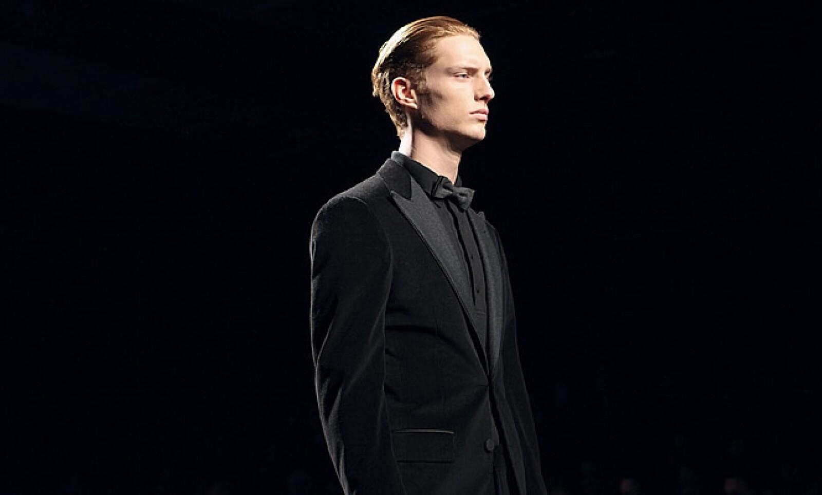 Para las ocasiones más formales, Zegna propone un smoking en franela azul o negra con detalles elegantes en seda y piel.