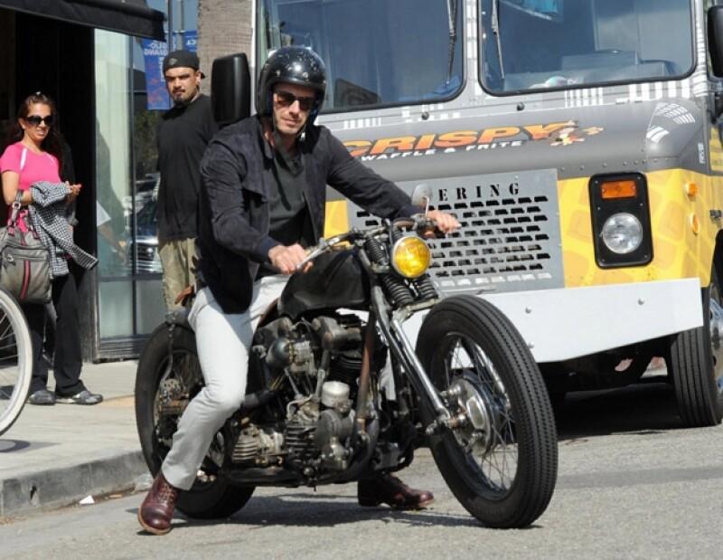 El futbolista fue captado en su motocileta dando un paseo por Los Ángeles.