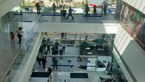 Fue en la Plaza Espacio de Interlomas donde a medio día hubo disparos en el acceso principal.