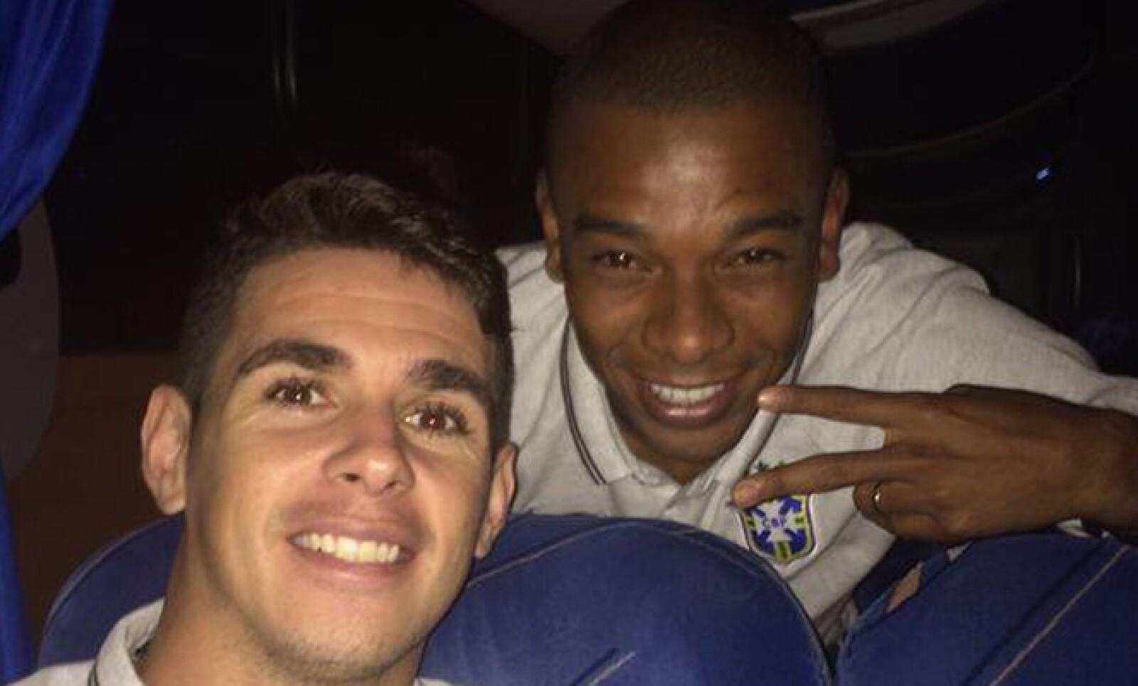 El brasileño Oscar posa junto a Fernandinho en el autobús de la selección de Brasil.
