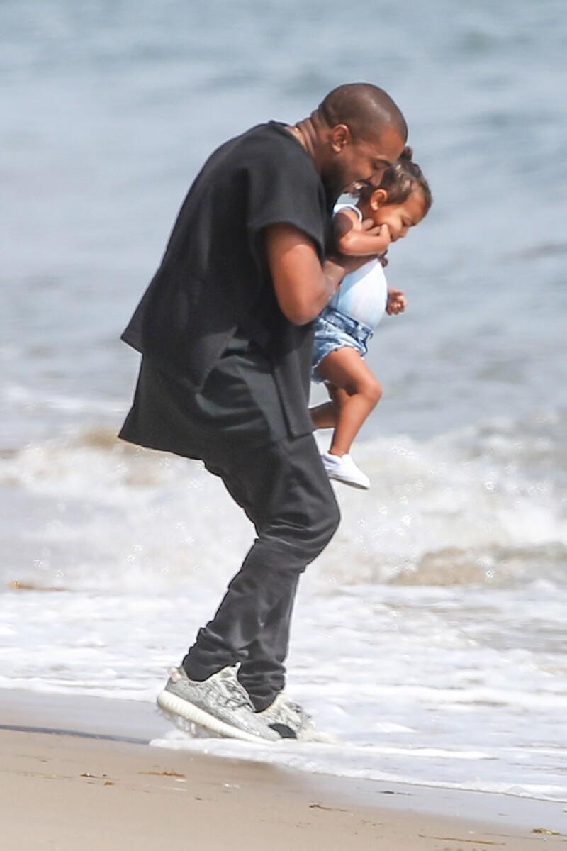 Ya es primavera y el famoso rapero y su hija se tomaron un tiempo libre para acercarse a la orilla del mar en Malibú. Kim observaba desde un mirador el amoroso momento padre e hija.