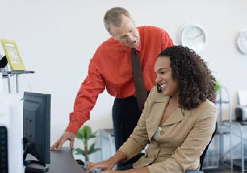 Utilizar las herramientas tecnológicas de la empresa para fines personales podría acarrearte problemas con la administración. (Foto: Jupiter Images)
