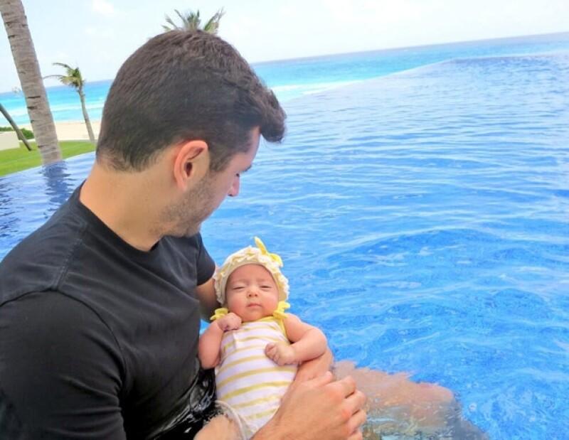 """A cuatro meses de nacida, la hija de la conductora y Martín Fuentes ya es toda una estrella. Su mamá decidió compartir una foto de su """"cachetona"""" en traje de baño."""