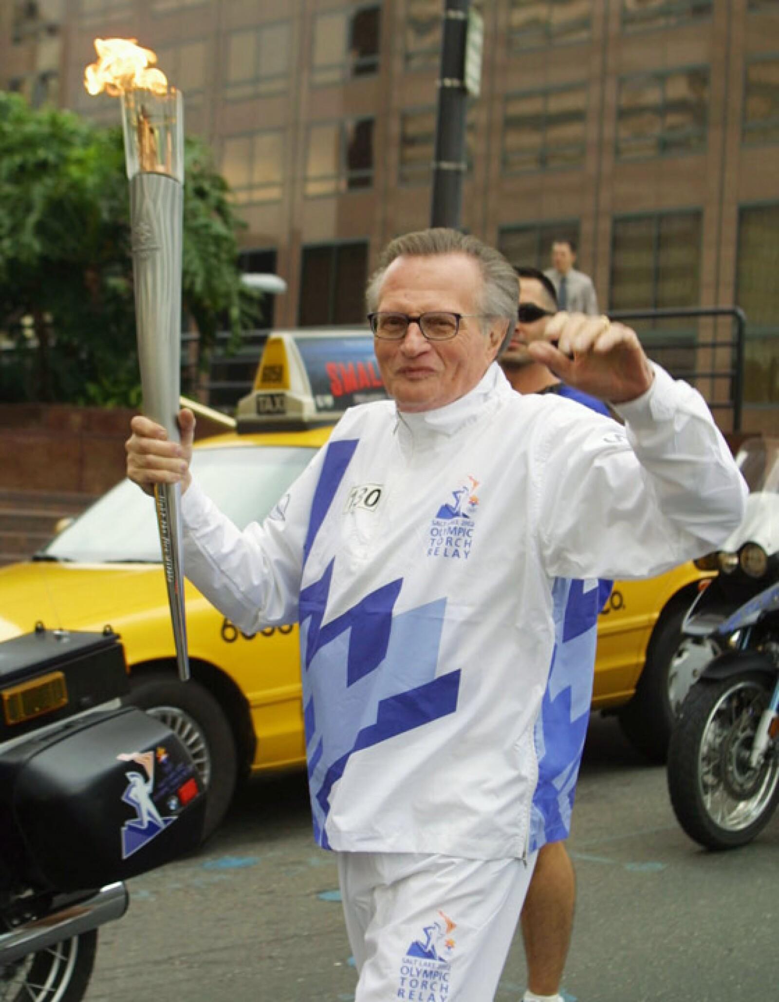 Larry King corrió con la llama olímpica para Salt Lake 2002.