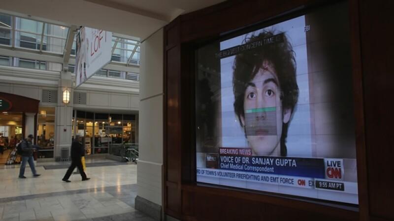 pantalla despliega el rostro del sospechoso de los atentados en el maraton de boston