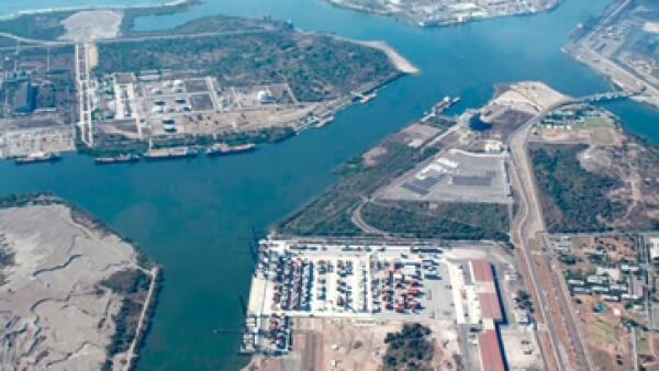 Con la instalación se aliviarán cuellos de botella logísticos y se mejorarán las eficiencias de costos de transportación de contenedores, asegura IFC. (Foto: Tomada de puertolazarocardenas.com.mx )