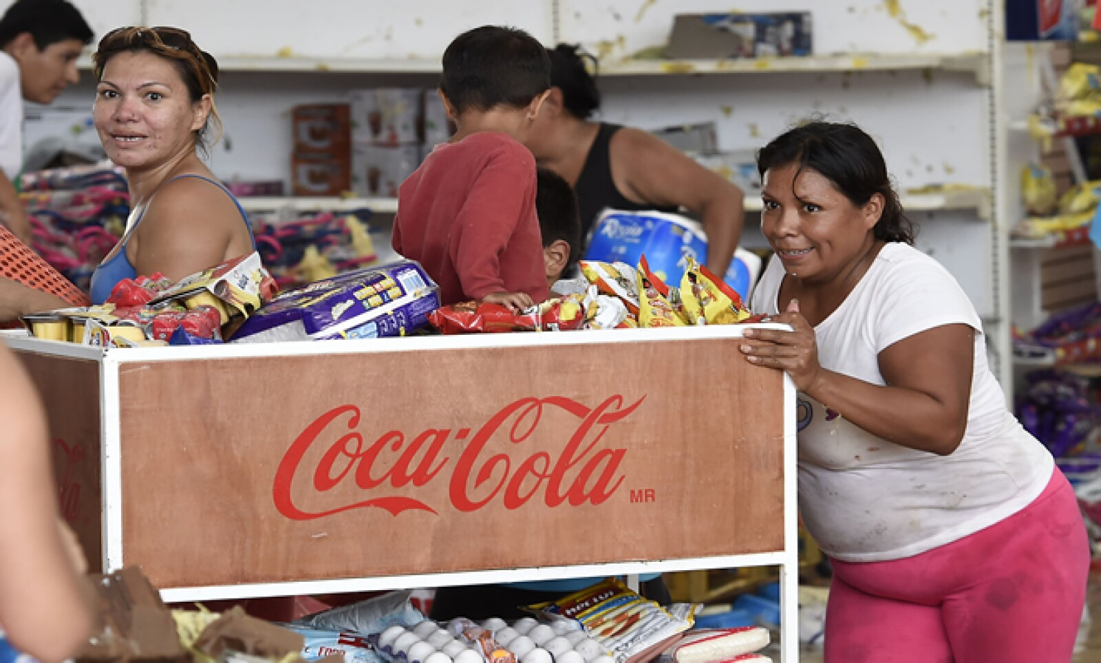 Agua y papel higiénico, son los productos más buscados por los residentes de Los Cabos, en Baja California, que cuatro días después del paso del huracán Odile, siguen sin agua ni electricidad.