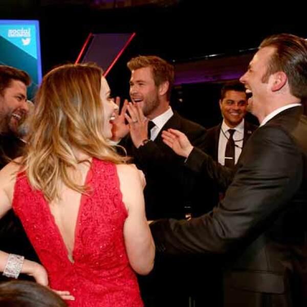 Pasado el tiempo la velada se tornó más relajada, por lo que Emily Blunt, Chris Evans, Chris Hemsworth y John Krasinski fueron captados teniendo una plática muy divertida.