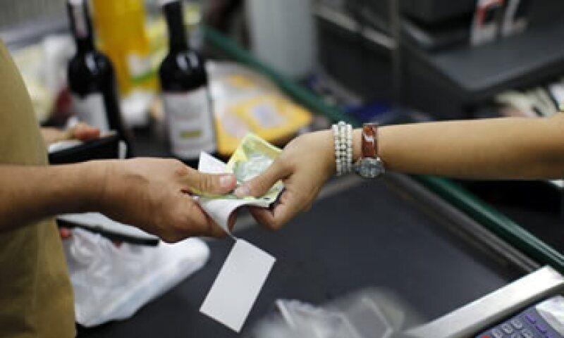 La devaluación golpeará los salarios, pero crecerá los bolívares que dispone el Gobierno. (Foto: Reuters)