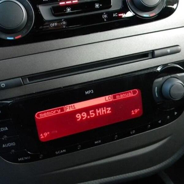 Cuenta con el sistema Climatronic de dos zonas, radio con CD/MP3 de ocho bocinas y controles en el volante, Bluetooth para el teléfono, entrada USB y auxiliar, sensores de estacionamiento.
