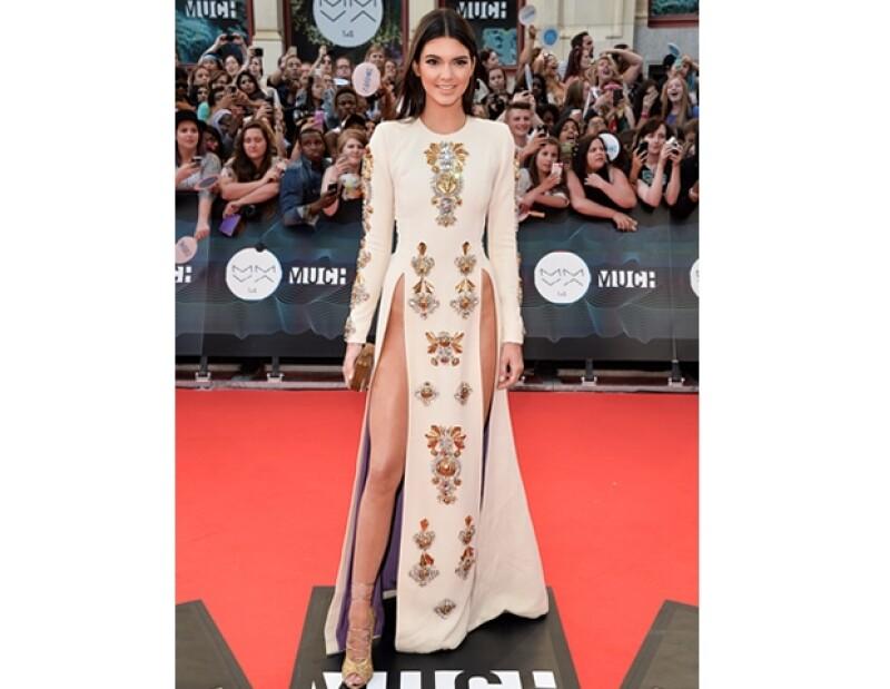 Para la red carpet Kendall usó un vestido de Fausto Puglisi y para el escenario lo cambió por un Julien Macdonald.