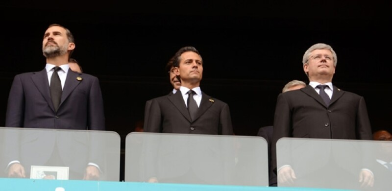 El presidente de México estuvo en Johannesburgo durante el memorial en honor al ex presidente Sudafricano; ahí pudo platicar con Bono, Charlize Theron, así como Bill y Hillary Clinton, entre otros.