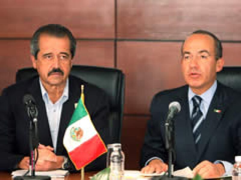 El secretario de Salud, José Angel Cordova Villalobos, y el presidente Felipe Calderón, durante una sesión extraordinaria el Consejo Nacional de Salud. (Foto: Notimex)