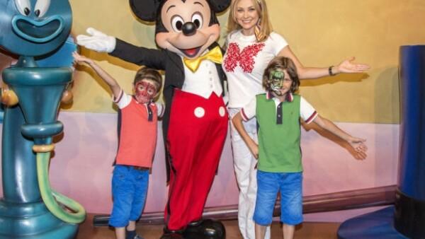 Aracely y sus hijos Miguel y Daniel se tomaron la foto del recuerdo en Disney.