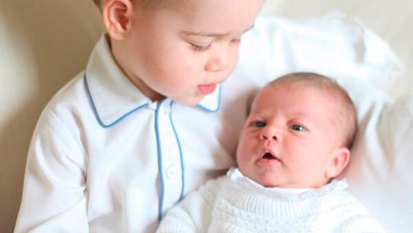 A un mes y cuatro días del nacimiento del segundo bebé de los duques de Cambridge, el Palacio Real publicó las primeras imágenes en la que aparecen el príncipe y la princesa de Reino Unido.