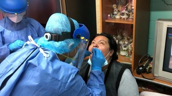 Este equipo de médicos mexicanos realiza pruebas de COVID-19 de casa en casa