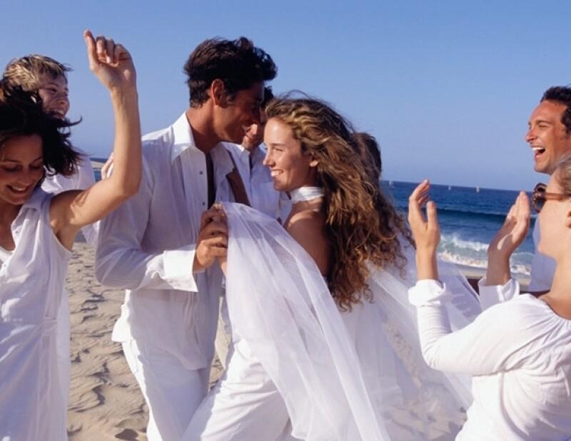 Relajado o clásico sea cual sea tu estilo y el de tu novio nos dimos a la tarea de compartirte 10 de las canciones más románticas ideales para este día tan especial.