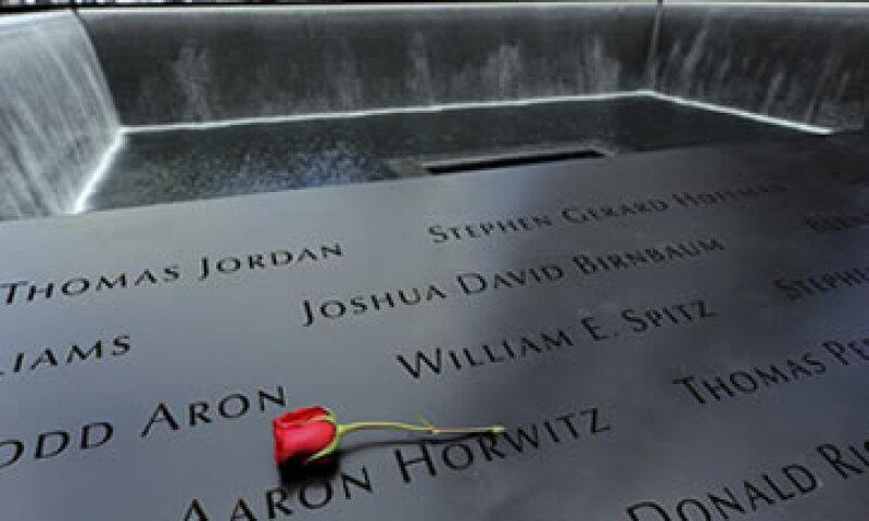 En la estructura alrededor de las piscinas se encuentra los paneles de bronce con los nombres de las personas que murieron en el atentado. (Foto: Reuters)