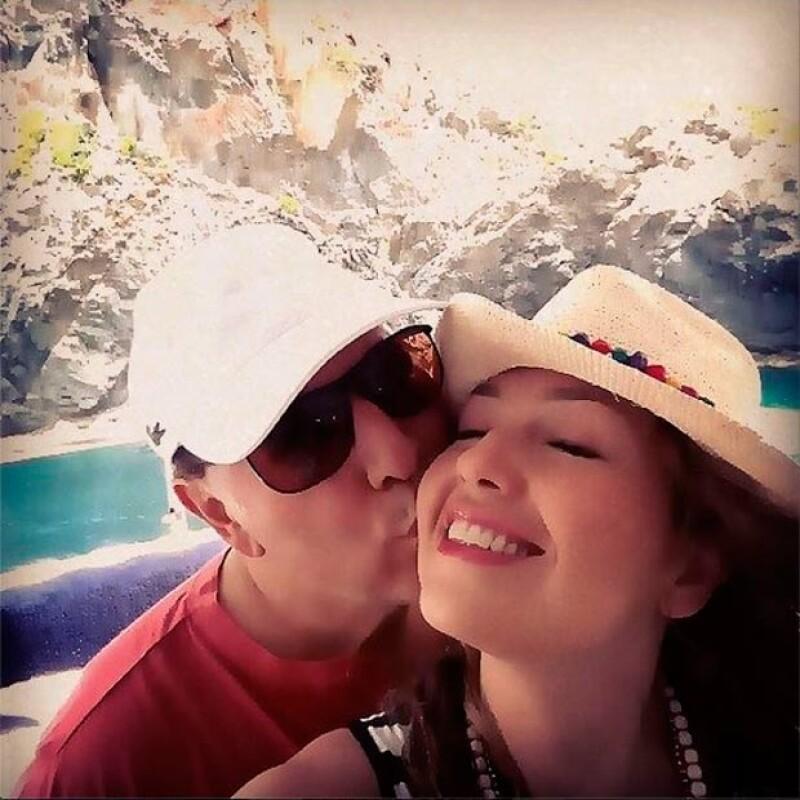 La pareja se mostró amorosa durante su viaje, junto a la foto Thalía posteó: 15 años después.