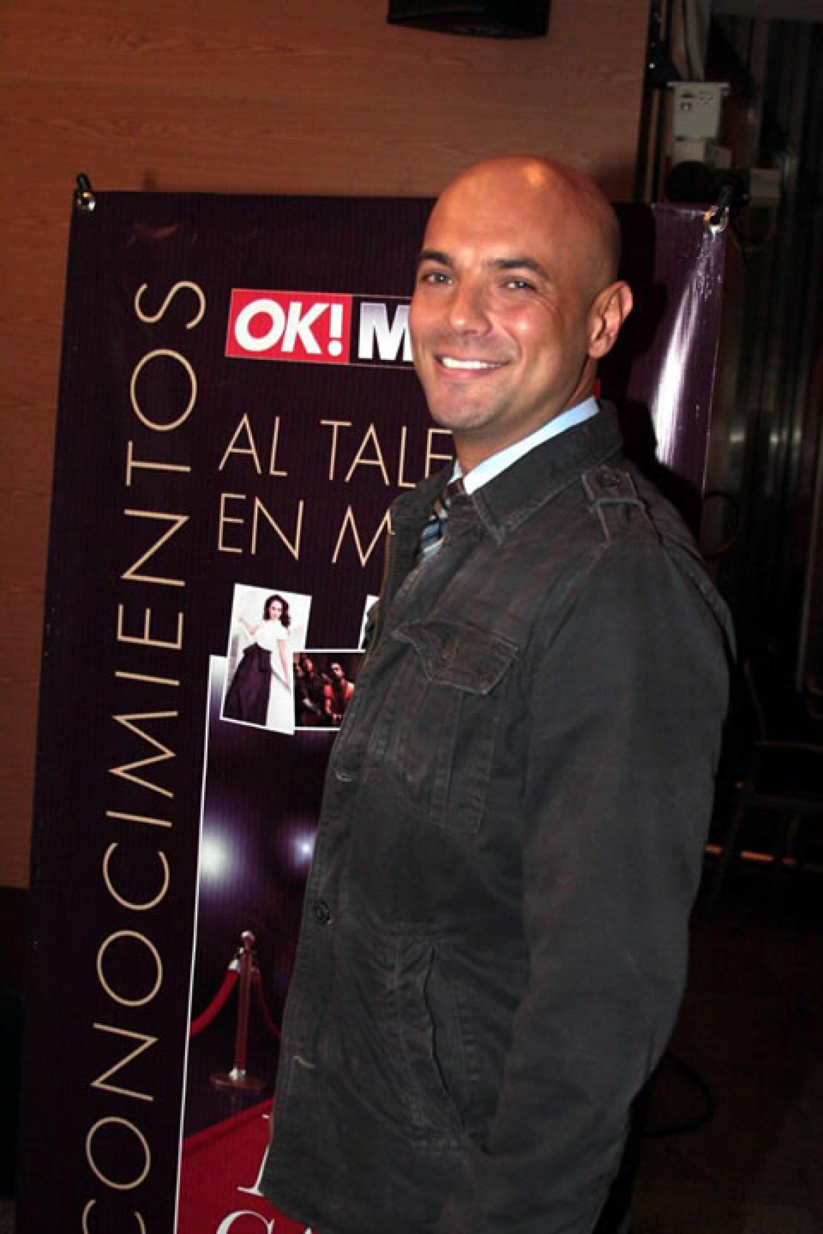 Javier Poza conquista la televisión y radio con su voz y profesionalismo.