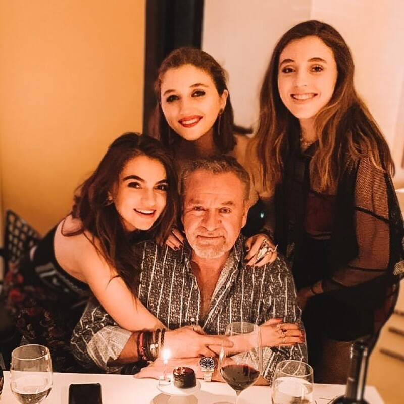 """José Alberto """"El Güero""""  y sus hijas Sofía, Fernanda y Regina"""