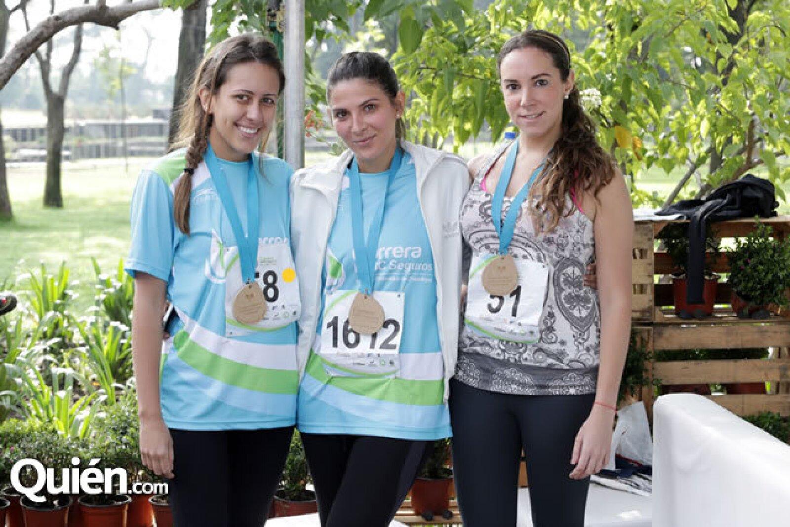 Fernanda y Erika Barraza con Sara Díaz