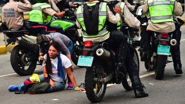La policía dispersa nuevas protestas en Venezuela