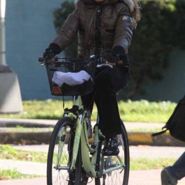 La cantante mexicana, Paulina Rubio, aprovechó su estancia en Miami y salió a pedalear un rato.